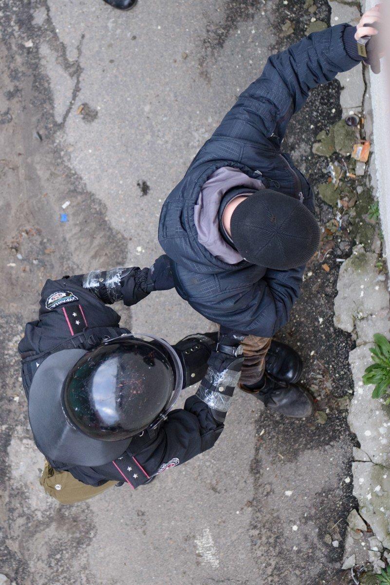 В Харькове «титушки» с ножами и газовыми баллончиками штурмовали церковь, в которой забаррикадировались евромайдановцы (ОБНОВЛЕНО, фото), фото-26