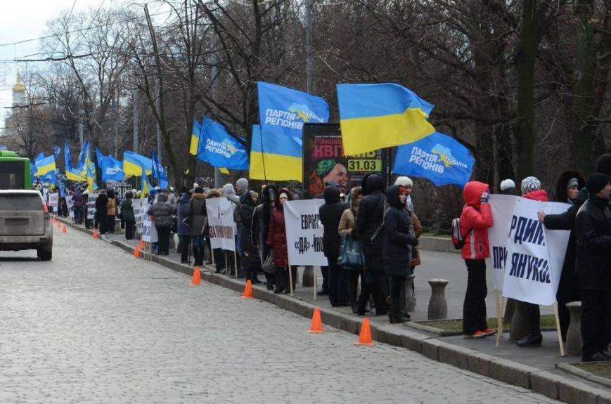 В Харькове «титушки» с ножами и газовыми баллончиками штурмовали церковь, в которой забаррикадировались евромайдановцы (ОБНОВЛЕНО, фото), фото-2