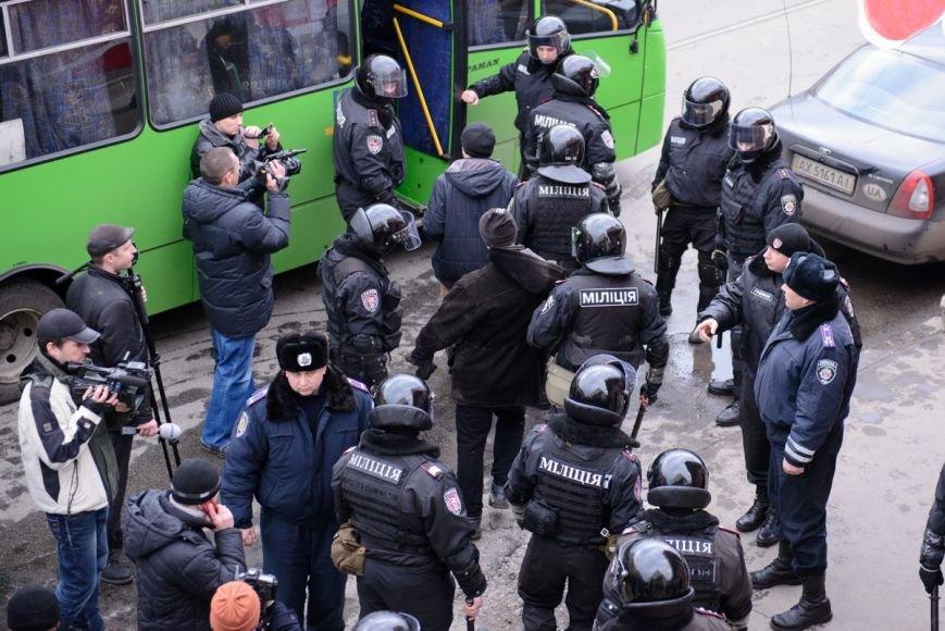 В Харькове «титушки» с ножами и газовыми баллончиками штурмовали церковь, в которой забаррикадировались евромайдановцы (ОБНОВЛЕНО, фото), фото-22