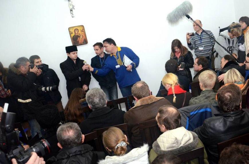 В Харькове «титушки» с ножами и газовыми баллончиками штурмовали церковь, в которой забаррикадировались евромайдановцы (ОБНОВЛЕНО, фото), фото-65