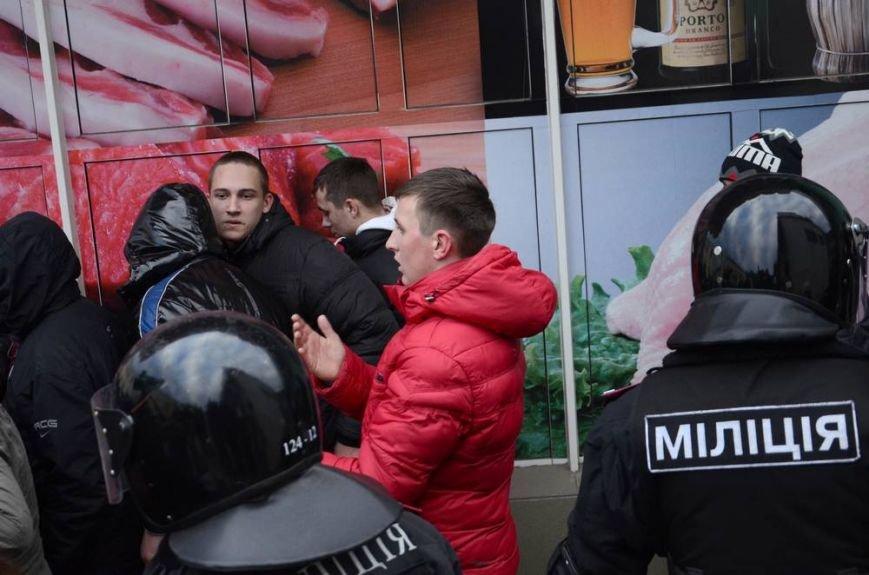 В Харькове «титушки» с ножами и газовыми баллончиками штурмовали церковь, в которой забаррикадировались евромайдановцы (ОБНОВЛЕНО, фото), фото-43