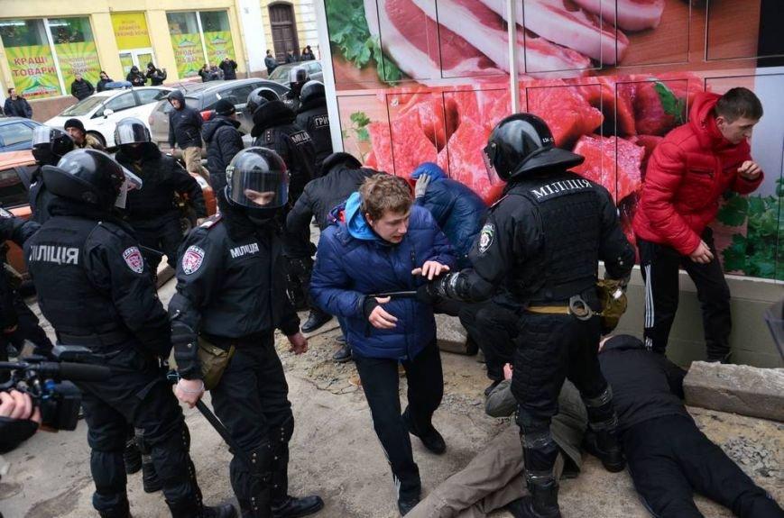 В Харькове «титушки» с ножами и газовыми баллончиками штурмовали церковь, в которой забаррикадировались евромайдановцы (ОБНОВЛЕНО, фото), фото-40