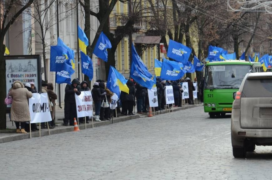 В Харькове «титушки» с ножами и газовыми баллончиками штурмовали церковь, в которой забаррикадировались евромайдановцы (ОБНОВЛЕНО, фото), фото-1