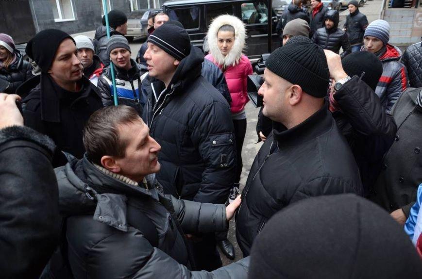 В Харькове «титушки» с ножами и газовыми баллончиками штурмовали церковь, в которой забаррикадировались евромайдановцы (ОБНОВЛЕНО, фото), фото-4