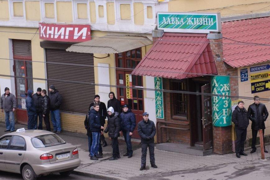 В Харькове «титушки» с ножами и газовыми баллончиками штурмовали церковь, в которой забаррикадировались евромайдановцы (ОБНОВЛЕНО, фото), фото-21