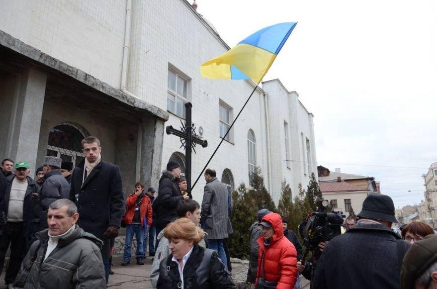 В Харькове «титушки» с ножами и газовыми баллончиками штурмовали церковь, в которой забаррикадировались евромайдановцы (ОБНОВЛЕНО, фото), фото-13