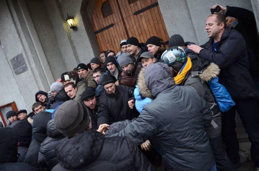 В Харькове «титушки» с ножами и газовыми баллончиками штурмовали церковь, в которой забаррикадировались евромайдановцы (ОБНОВЛЕНО, фото), фото-32