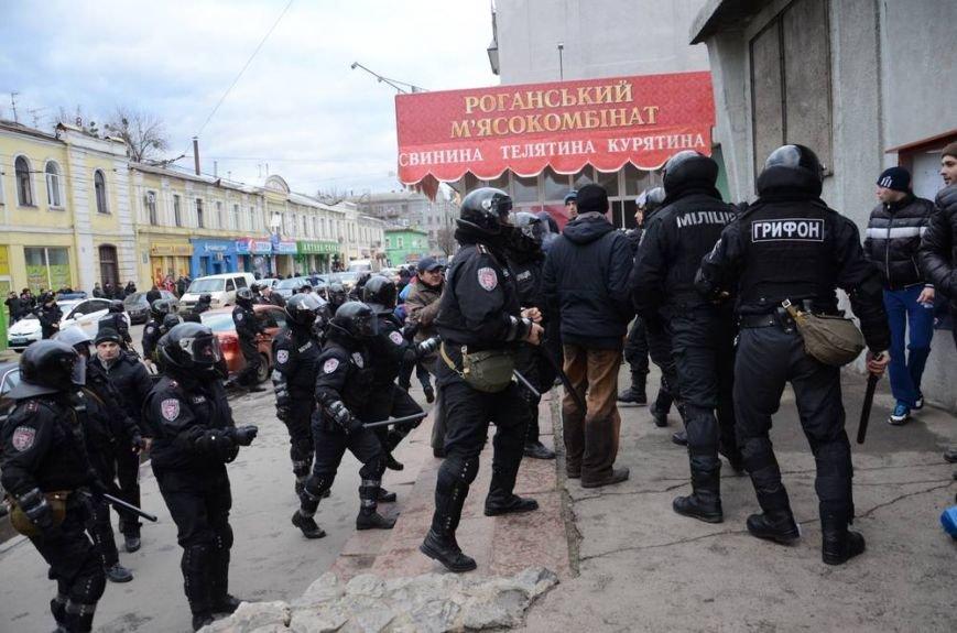 В Харькове «титушки» с ножами и газовыми баллончиками штурмовали церковь, в которой забаррикадировались евромайдановцы (ОБНОВЛЕНО, фото), фото-38
