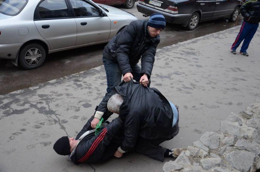 В Харькове «титушки» с ножами и газовыми баллончиками штурмовали церковь, в которой забаррикадировались евромайдановцы (ОБНОВЛЕНО, фото), фото-31