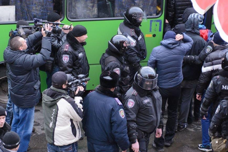 В Харькове «титушки» с ножами и газовыми баллончиками штурмовали церковь, в которой забаррикадировались евромайдановцы (ОБНОВЛЕНО, фото), фото-24