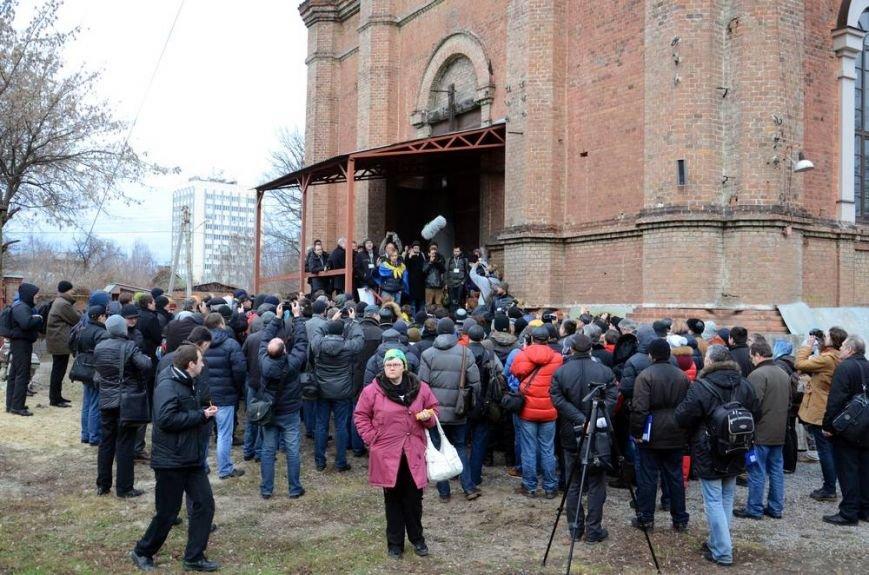 В Харькове «титушки» с ножами и газовыми баллончиками штурмовали церковь, в которой забаррикадировались евромайдановцы (ОБНОВЛЕНО, фото), фото-7