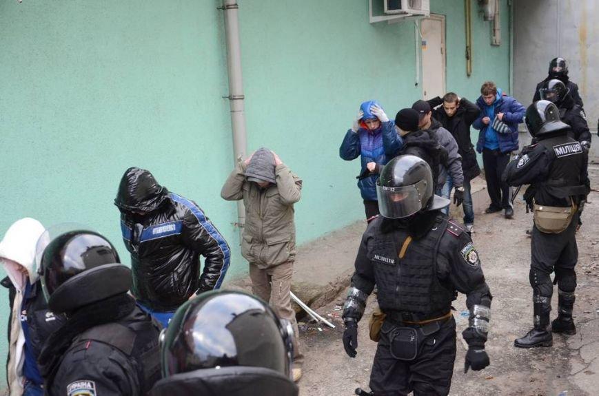 В Харькове «титушки» с ножами и газовыми баллончиками штурмовали церковь, в которой забаррикадировались евромайдановцы (ОБНОВЛЕНО, фото), фото-57