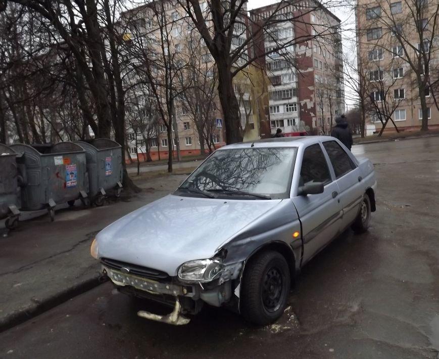 Побиті автівки і розтрощений сіті-лайт: у Тернополі на БАМі сталася потрійна  ДТП (фото), фото-4