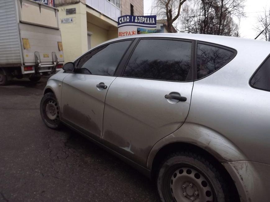 Побиті автівки і розтрощений сіті-лайт: у Тернополі на БАМі сталася потрійна  ДТП (фото), фото-2