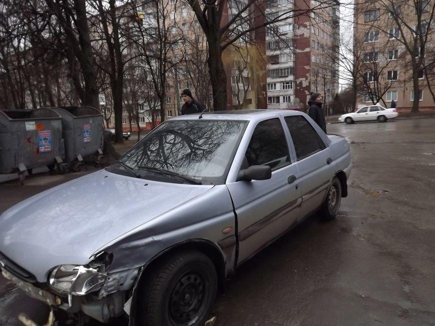 Побиті автівки і розтрощений сіті-лайт: у Тернополі на БАМі сталася потрійна  ДТП (фото), фото-1