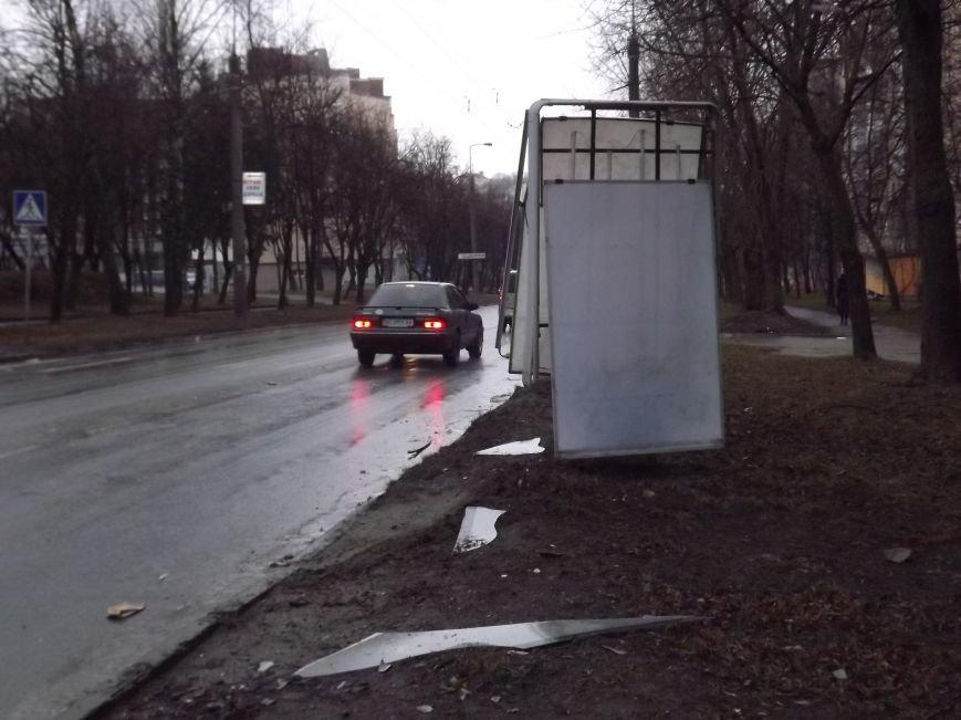 Побиті автівки і розтрощений сіті-лайт: у Тернополі на БАМі сталася потрійна  ДТП (фото), фото-5