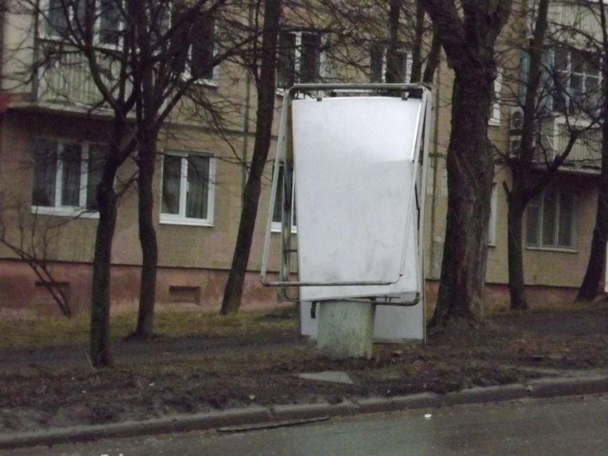 Побиті автівки і розтрощений сіті-лайт: у Тернополі на БАМі сталася потрійна  ДТП (фото), фото-3