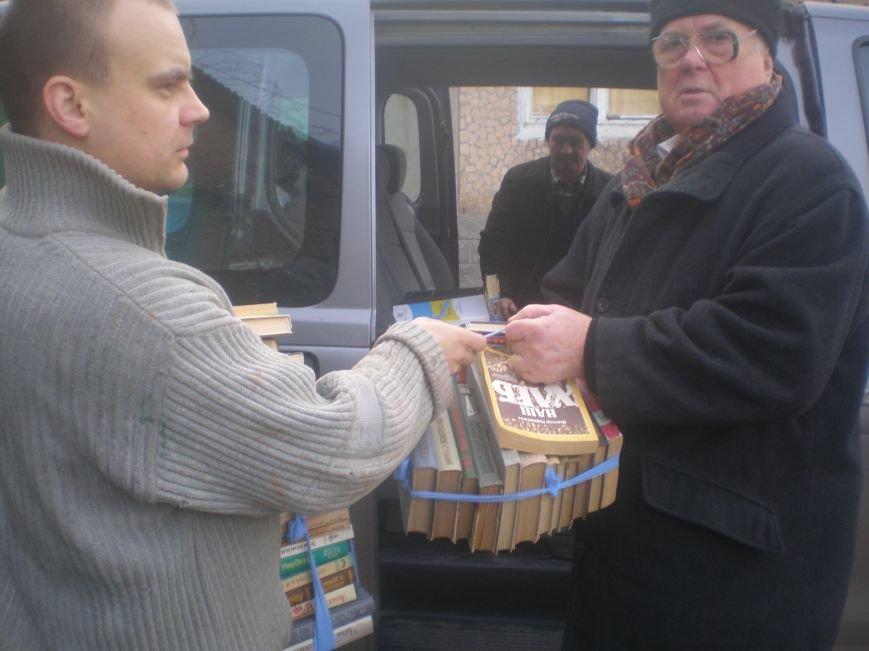 Рождественские подарки: прихожане артемовкого храма собрали для заключенных СИЗО книги и одежду, фото-1