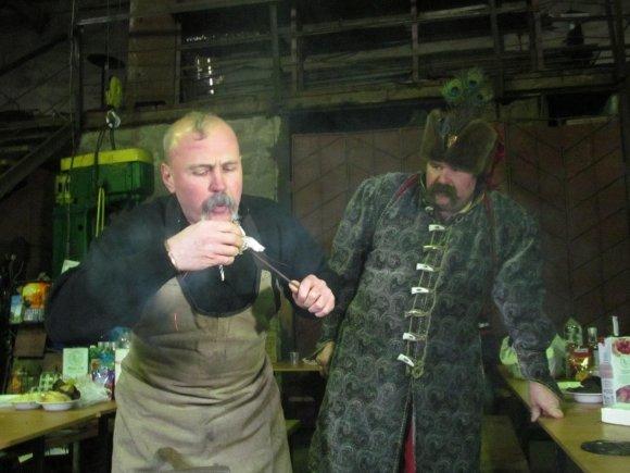 Мариупольские кузнецы посмотрели, как коллеги из Доброполья выковали торт, фото-1