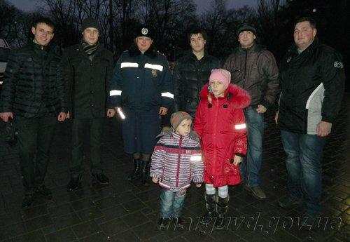 14_01_2014_Mariupol_GAI razdayut svetovozvraschayuschie poloski_3s