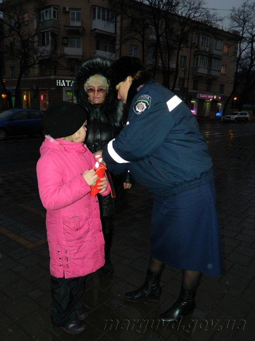 В Мариуполе сотрудники ГАИ надели на детей «светящиеся полоски» (ФОТО), фото-3