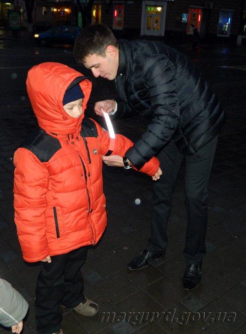 14_01_2014_Mariupol_GAI razdayut svetovozvraschayuschie poloski_2s