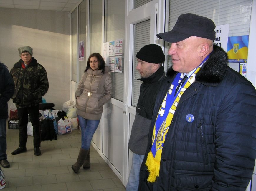 Владимир Иванович Пилипенко напутствует активистов-евромечтателей, отправляющихся в Киев