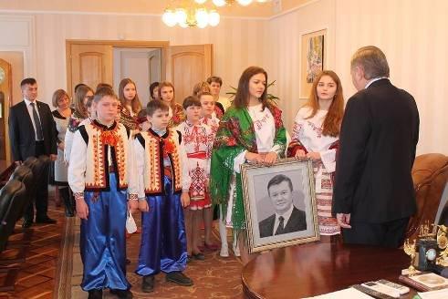 Подарунок Хоптяну: чому на Тернопільщині два місяці вишивали портрет Януковича? (ФОТО), фото-1
