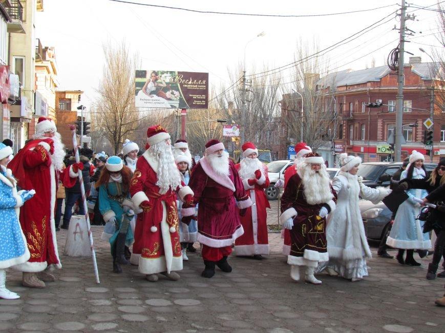 В Мариуполе с песнями прошел парад Снегурочек и Дедов Морозов (ФОТОРЕПОРТАЖ), фото-2