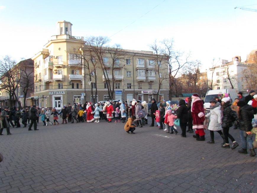В Мариуполе с песнями прошел парад Снегурочек и Дедов Морозов (ФОТОРЕПОРТАЖ), фото-9