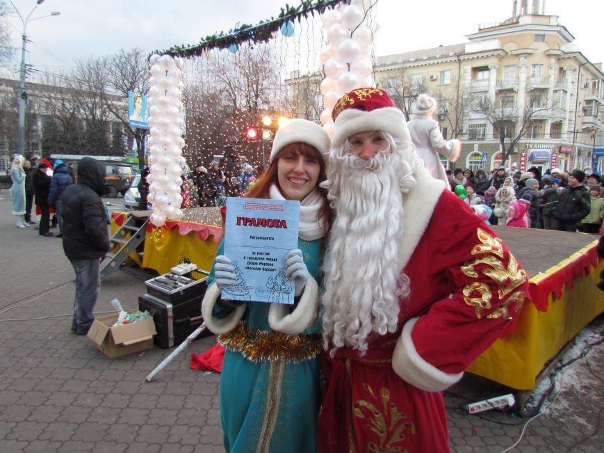 В Мариуполе с песнями прошел парад Снегурочек и Дедов Морозов (ФОТОРЕПОРТАЖ), фото-13