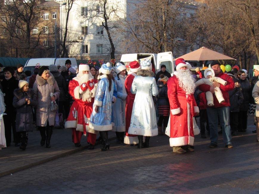 В Мариуполе с песнями прошел парад Снегурочек и Дедов Морозов (ФОТОРЕПОРТАЖ), фото-8