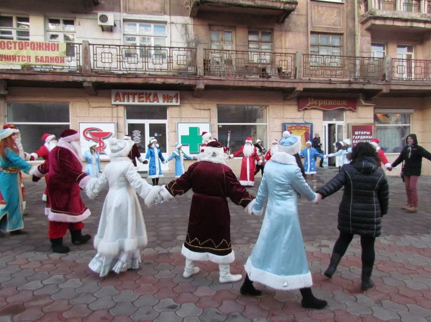 В Мариуполе с песнями прошел парад Снегурочек и Дедов Морозов (ФОТОРЕПОРТАЖ), фото-1