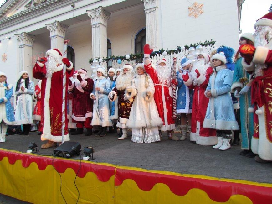 В Мариуполе с песнями прошел парад Снегурочек и Дедов Морозов (ФОТОРЕПОРТАЖ), фото-12