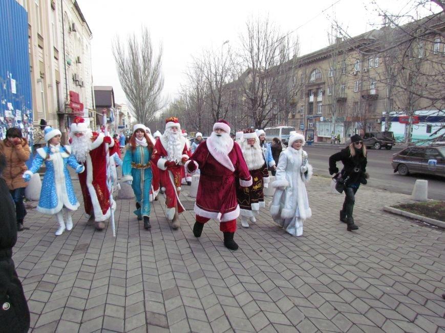 В Мариуполе с песнями прошел парад Снегурочек и Дедов Морозов (ФОТОРЕПОРТАЖ), фото-3