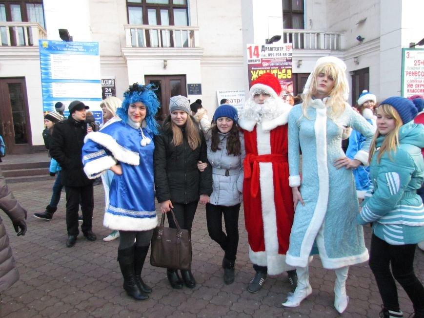 В Мариуполе с песнями прошел парад Снегурочек и Дедов Морозов (ФОТОРЕПОРТАЖ), фото-15