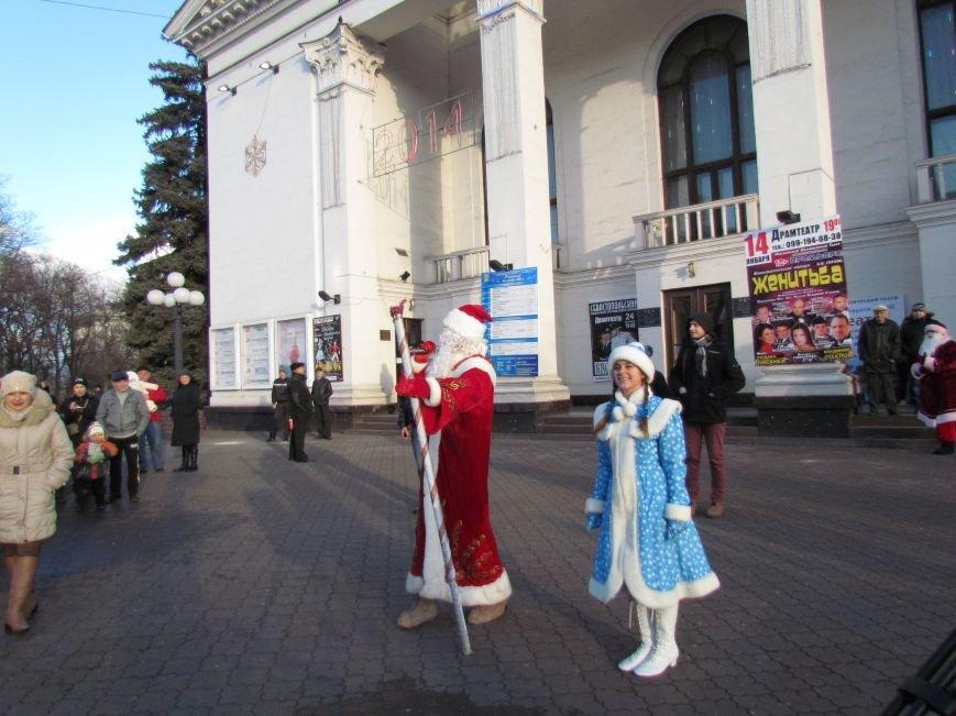 В Мариуполе с песнями прошел парад Снегурочек и Дедов Морозов (ФОТОРЕПОРТАЖ), фото-6