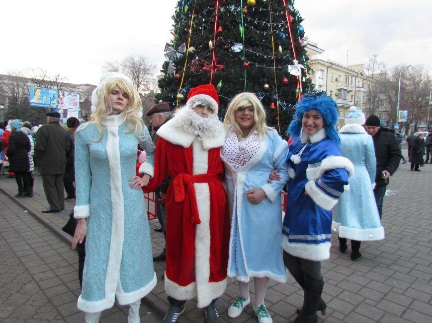 В Мариуполе с песнями прошел парад Снегурочек и Дедов Морозов (ФОТОРЕПОРТАЖ), фото-16