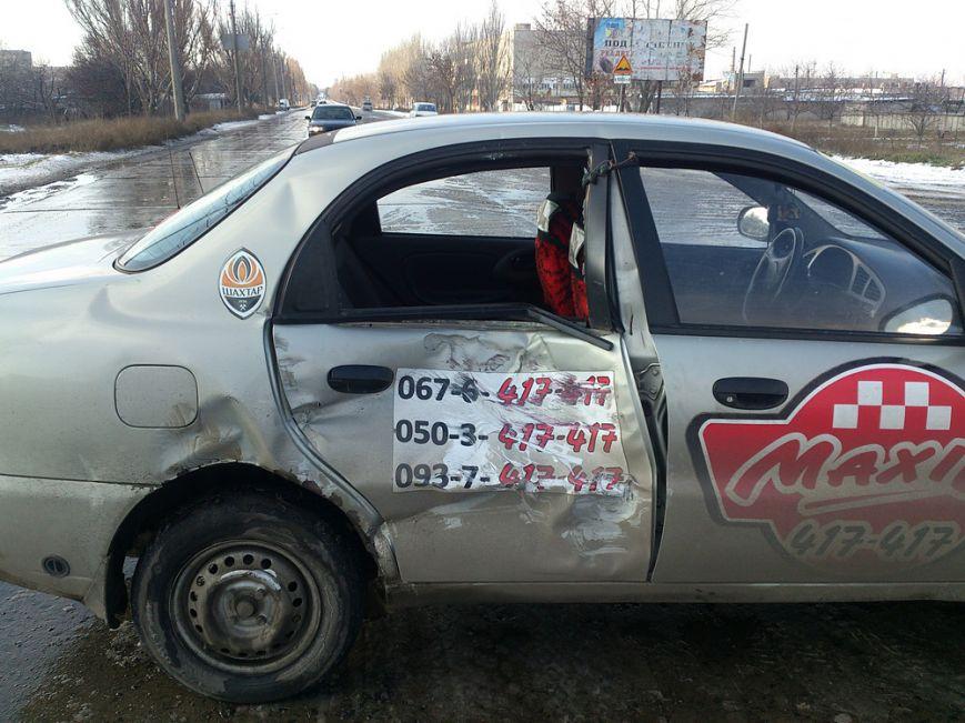 В Мариуполе таксист врезался в грузовик. Пострадала пассажирка с ребенком, фото-1