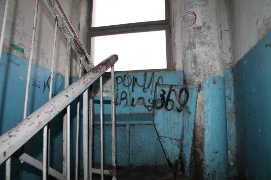 В артемовской малосемейке устали бороться с бомжами и вандалами, фото-16