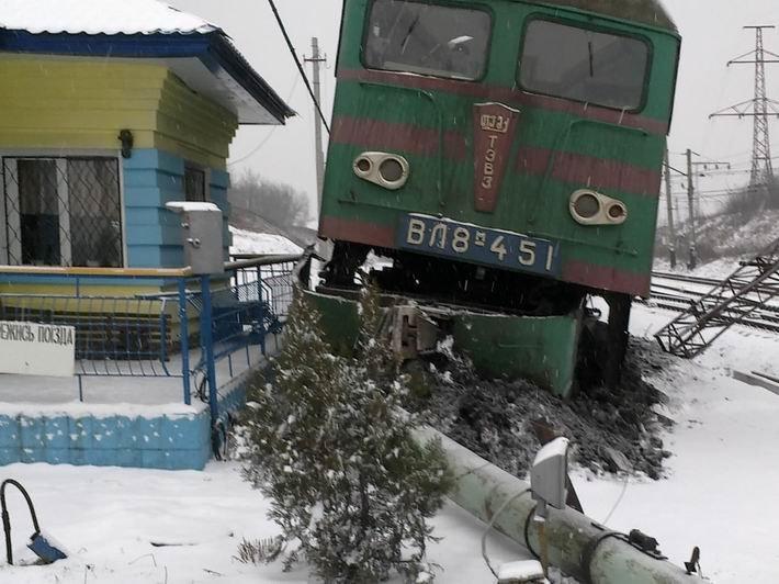 Под Донецком с рельсов сошел электровоз, фото-1