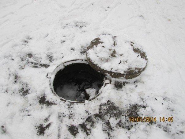 Осторожно: на одной из улиц Донецка обнаружен открытый люк, полный воды (фото), фото-1