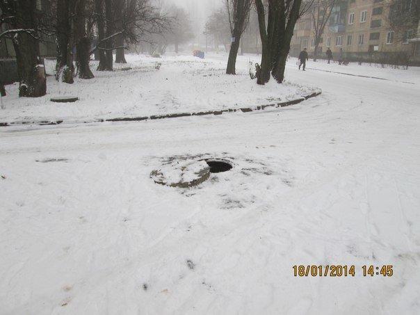 Осторожно: на одной из улиц Донецка обнаружен открытый люк, полный воды (фото), фото-2