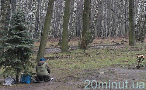Тернополяни продовжують молитися на місці демонтованої каплички у парку Національного відродження (фото), фото-1