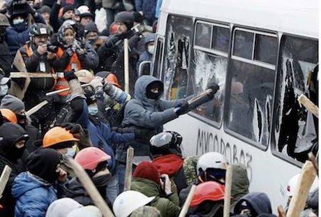 У Києві – сутички мітингуючих з міліцією, Кличка «погасили» (фото, відео), фото-4