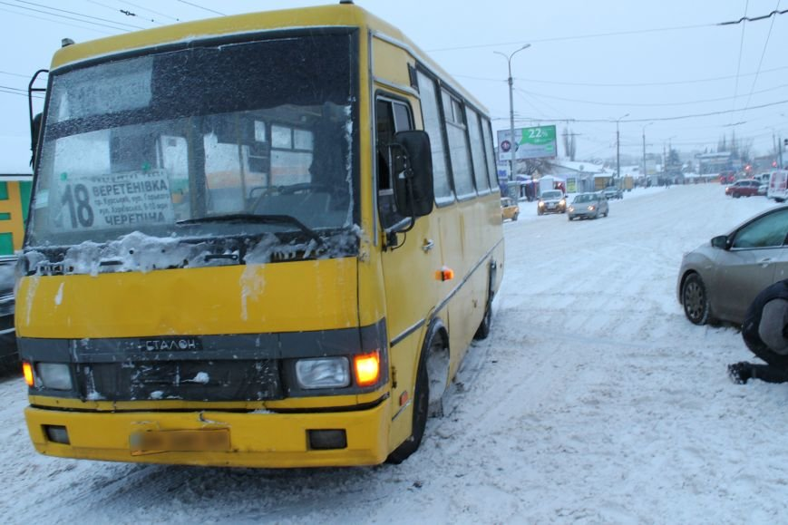 Столкновение микроавтобуса и иномарки застопорило дорогу в центре Сум (ФОТО), фото-2