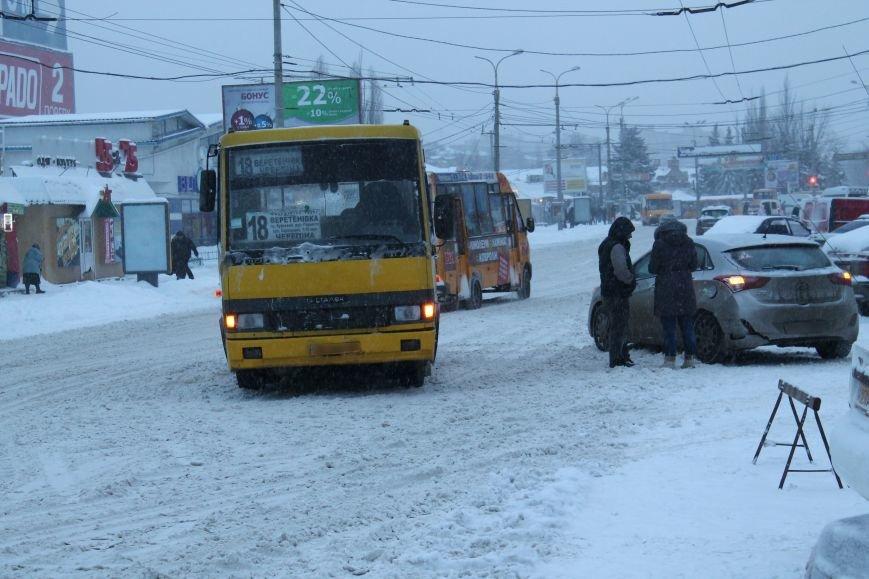 Столкновение микроавтобуса и иномарки застопорило дорогу в центре Сум (ФОТО), фото-1