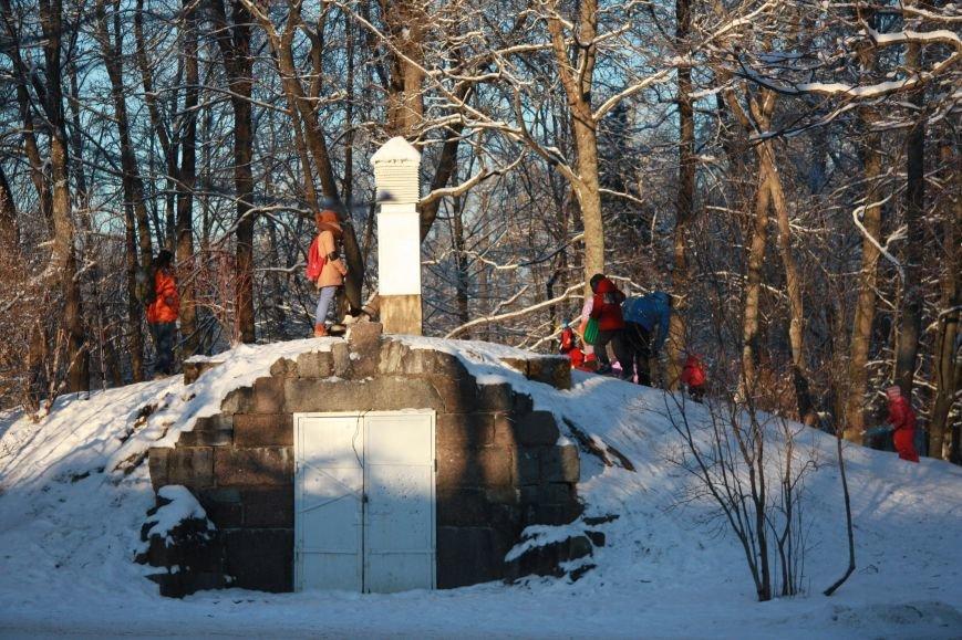 горка при входе в Александровский парк