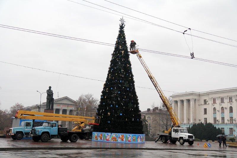 ФОТОФАКТ: В Симферополе разбирают новогодние елки, фото-2