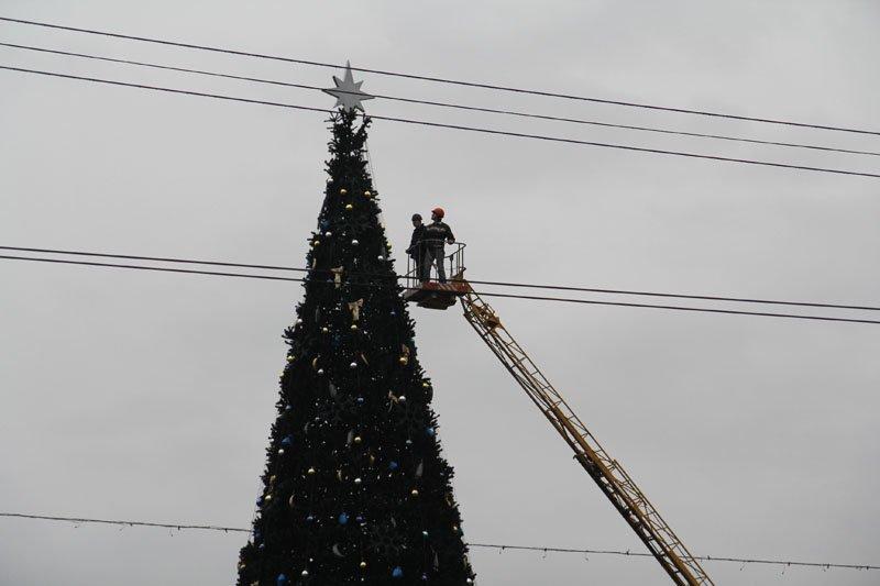 ФОТОФАКТ: В Симферополе разбирают новогодние елки, фото-1